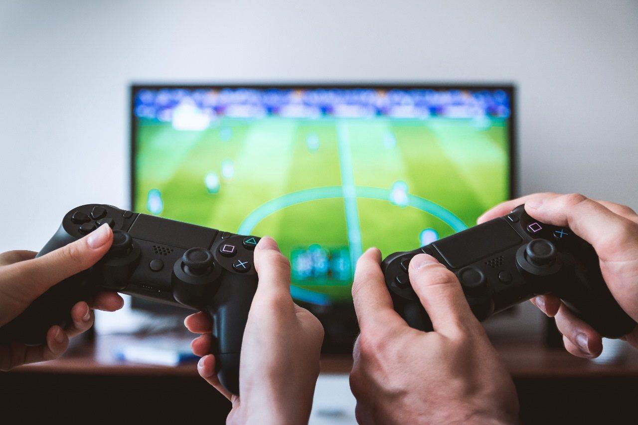 Due giocatori giocano insieme alla PlayStation