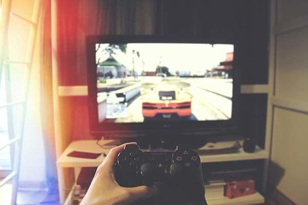 Giocare su TV, gaming PS4, giochi PS4, pad da gaming, game pad economici, monitor da gaming, schermi di gaming, schermo da gaming