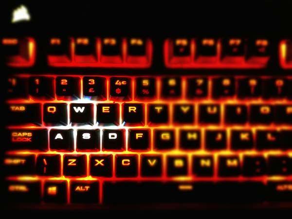 Tastiera Corsair, tastiera meccanica, tastiera retroillumunata, tastiera LED rossi