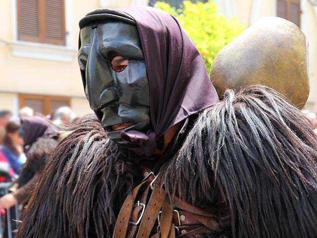 Mamuthones sardi, Mamuthones in Sardegna, folklore sardo, cosa sono i Mamuthones