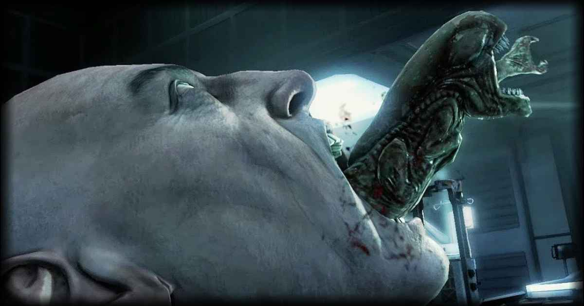 Screenshot che mostra un Chestbuster uscire dalla bocca di un umano nel videogioco Alien VS Predator
