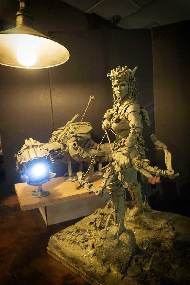 statua di aloy realizzata in argilla da un o scultore