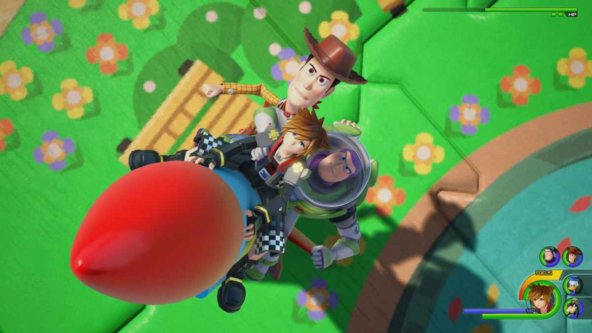 Screenshot di Kingdom Hearts 3 che ritrae Sora, Woody e Buzz di Toy Story in una boss fight