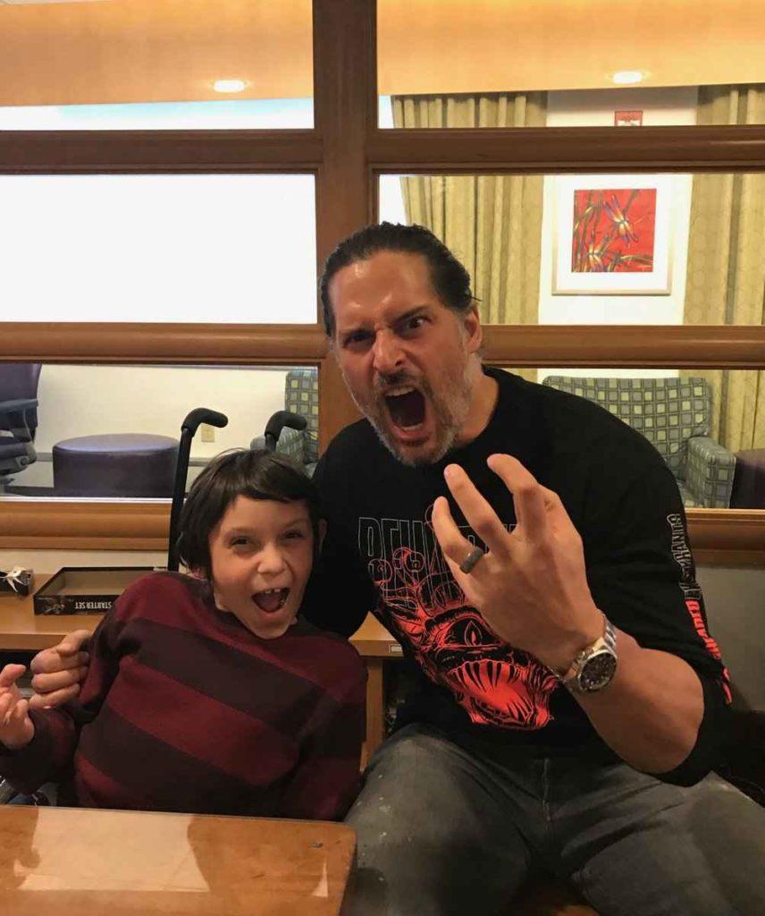 Joe Manganiello insieme ad uno dei pazienti dell'ospedale di Pittsburgh