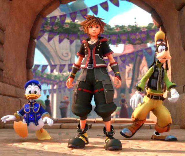 Screenshot di Kingdom Hearts 3 che ritrae Sora, Pippo e Paperino all'interno del Mondo di Hercules