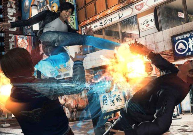 Screenshot di Judgement che ritrae il protagonista mentre sferra due calci volanti a dei teppisti