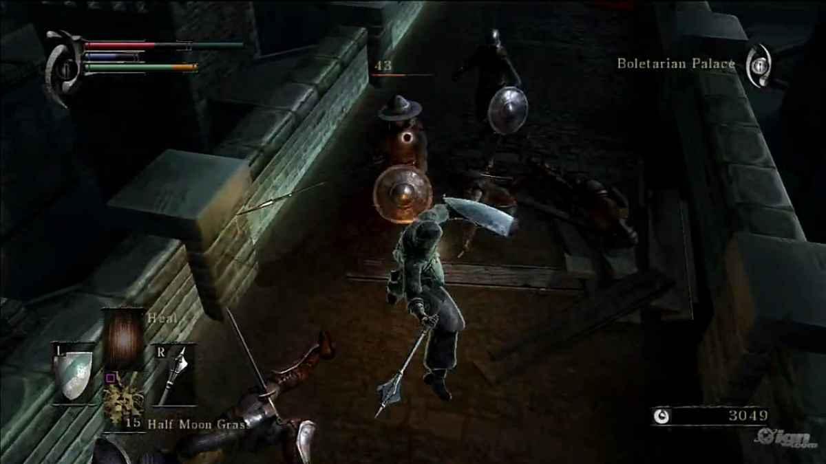 Screenshot di Demon's Souls nel palazzo di Boletaria raffigurante un combattimento contro soldati vuoti