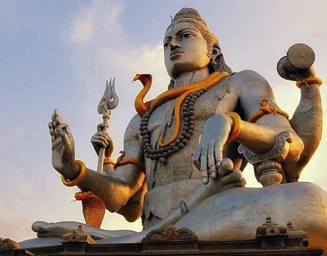 Un'enorme statua di Shiva