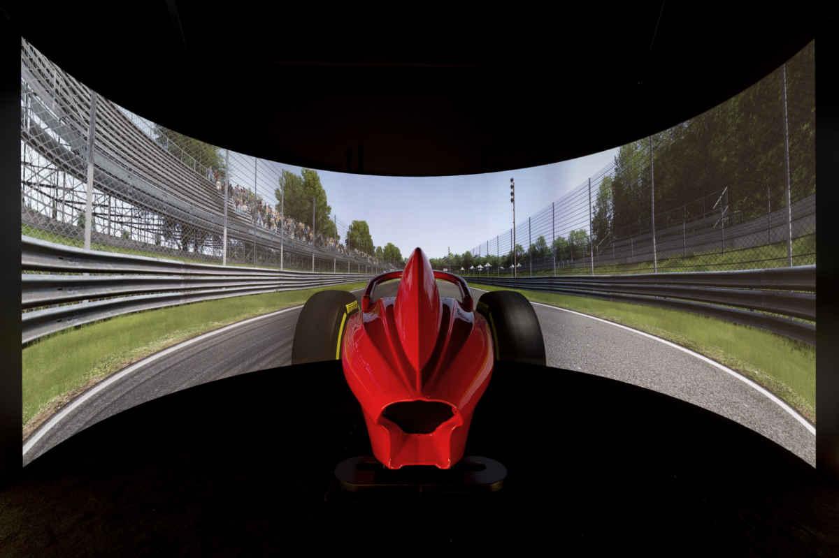 Fotografia di un abitacolo simulativo della Ferrari Formula 1 al Wave Racing Center di Verona