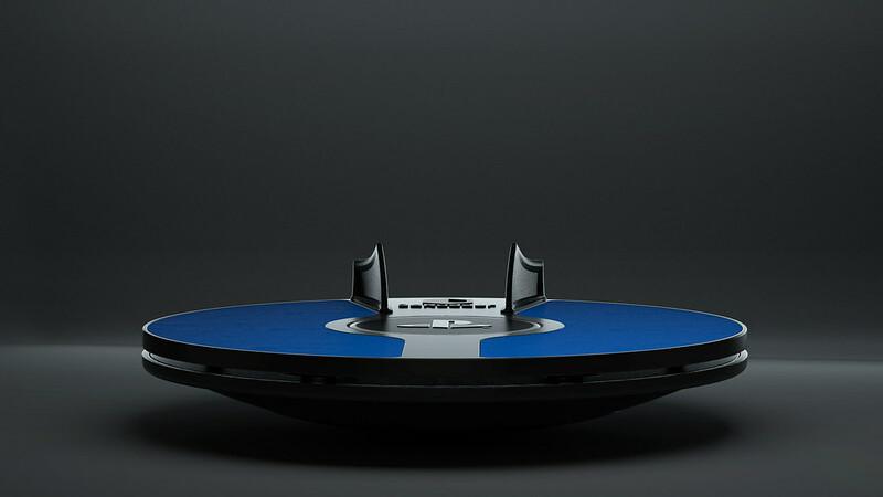 Fotografia del 3dRudder blu, il nuovo sistema di controllo per il movimento nei videogiochi virtuali di Sony