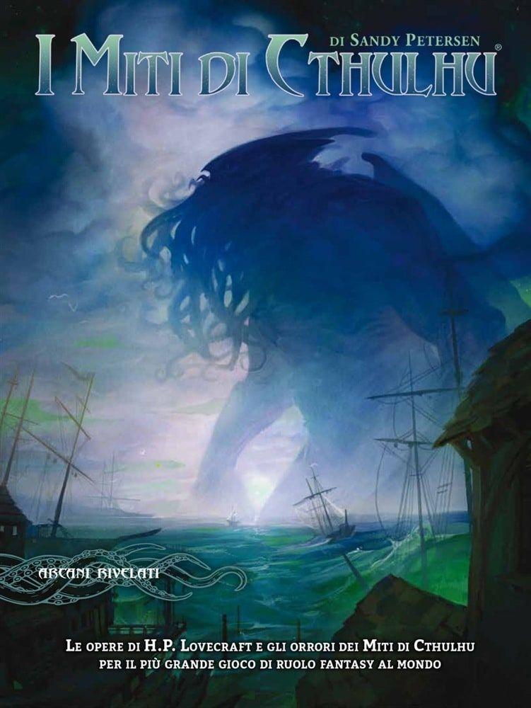 """Copertina di """"I Miti di Cthulhu"""". L'illustrazione raffigura il Grande Antico Cthulhu in lontananza che emerge dal mare, circondato dalla nebbia."""