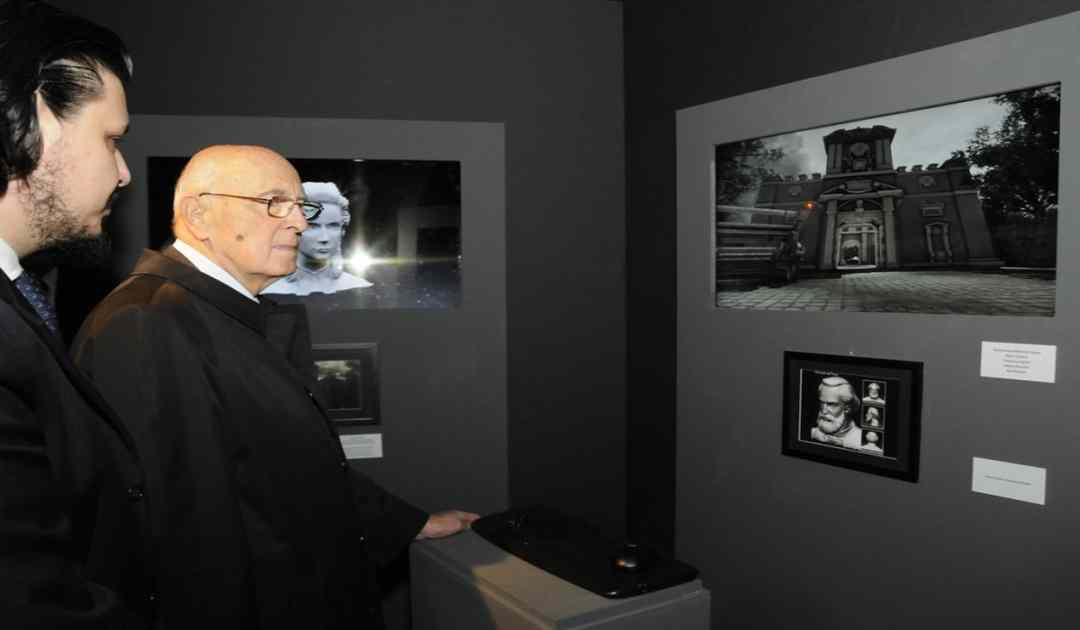 Fotografia dell'ex-presidente della Repubblica Giorgio Napolitano che testa il videogioco italiano Gioventù Ribelle