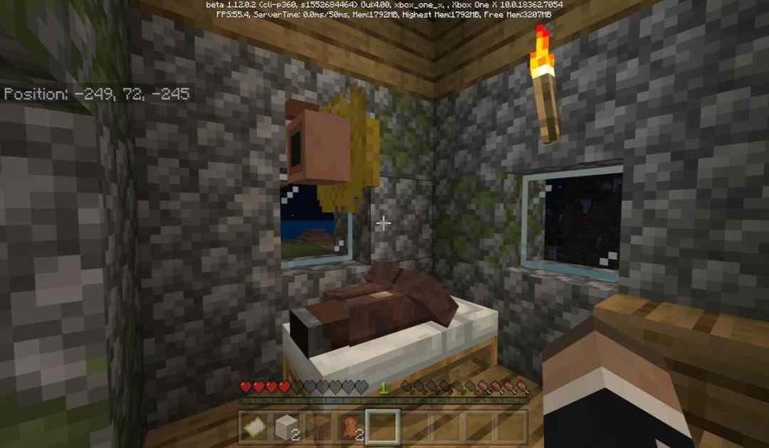 Uno screenshot dall'ultimo update di Minecraft che mostra un Villager dormire sul letto di un giocatore, e la sua testa fluttuarvi sopra