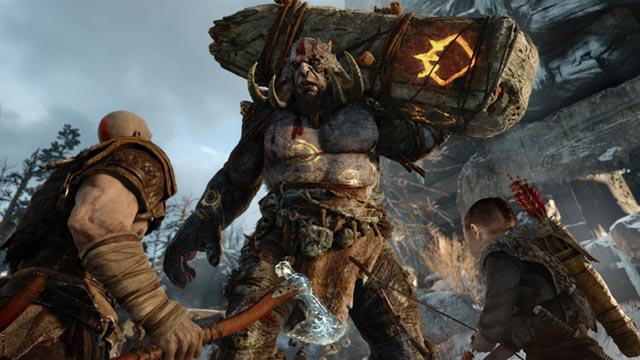 Kratos e Atreus fronteggiano un Troll di fuoco, il primo boss di God of War (2018)