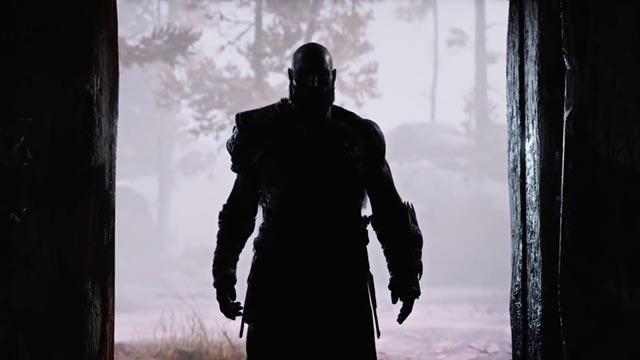 La silhouette di Kratos si staglia sulla porta della sua baita, all'inizio di God of War (2018)