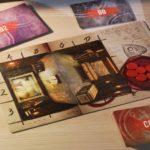 la plancia di gioco preparata con i token e la stanza iniziale, circondata dalle carte di gioco