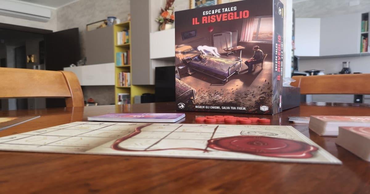 la scatola di gioco dietro a una panoramica della tavola preparata per giocare con le componenti
