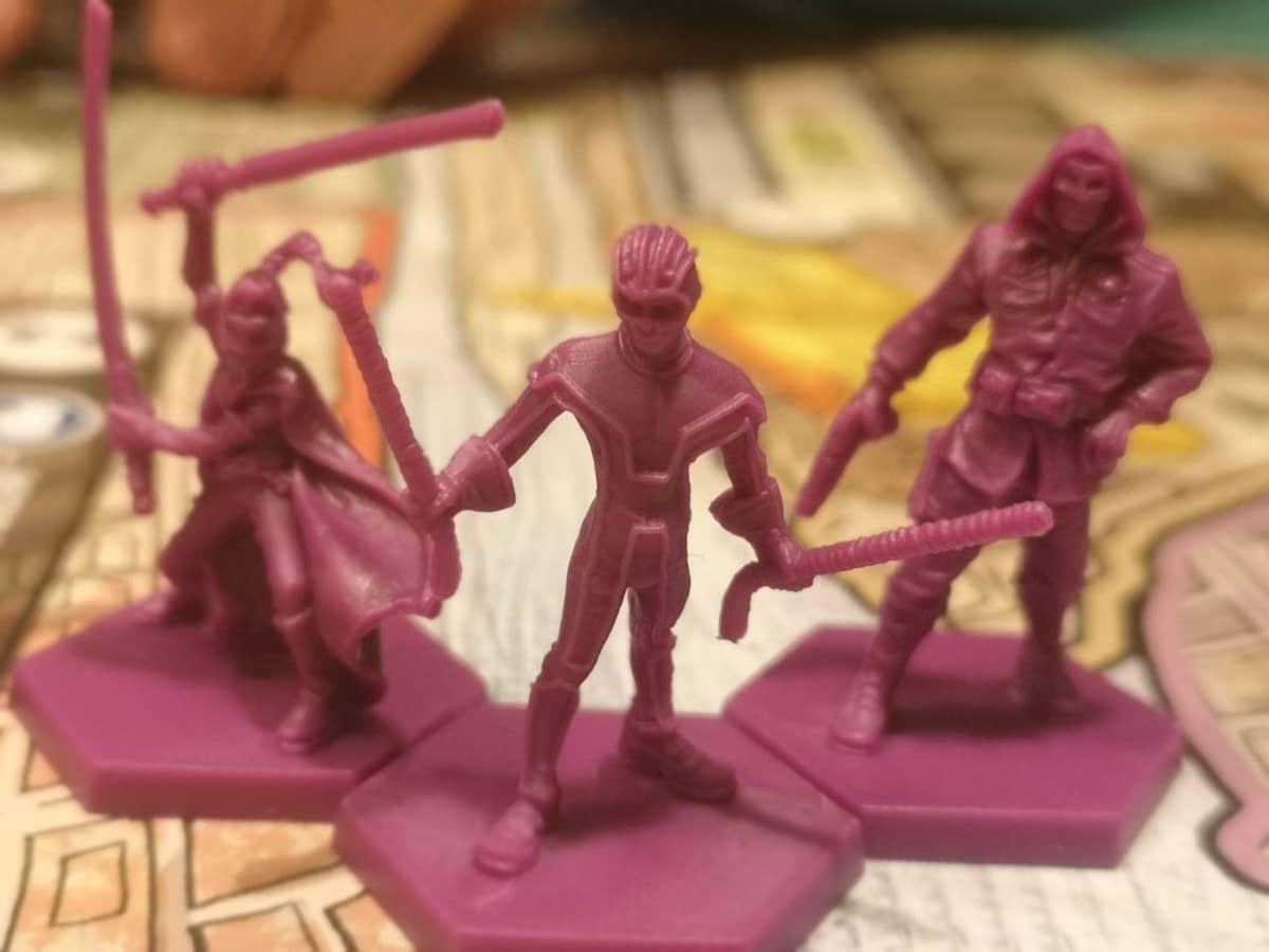 Le miniature di kick-ass hit gir e colonnelo stars posizionate sulla plancia di gioco
