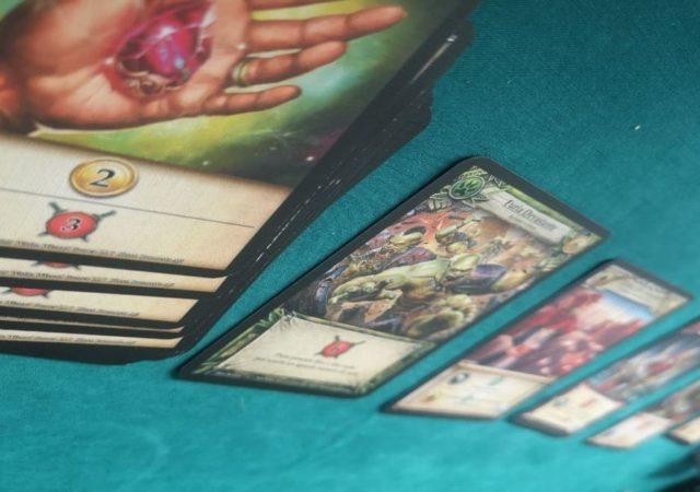 Le carte di hero realms disposte nella fila centrale del mercato
