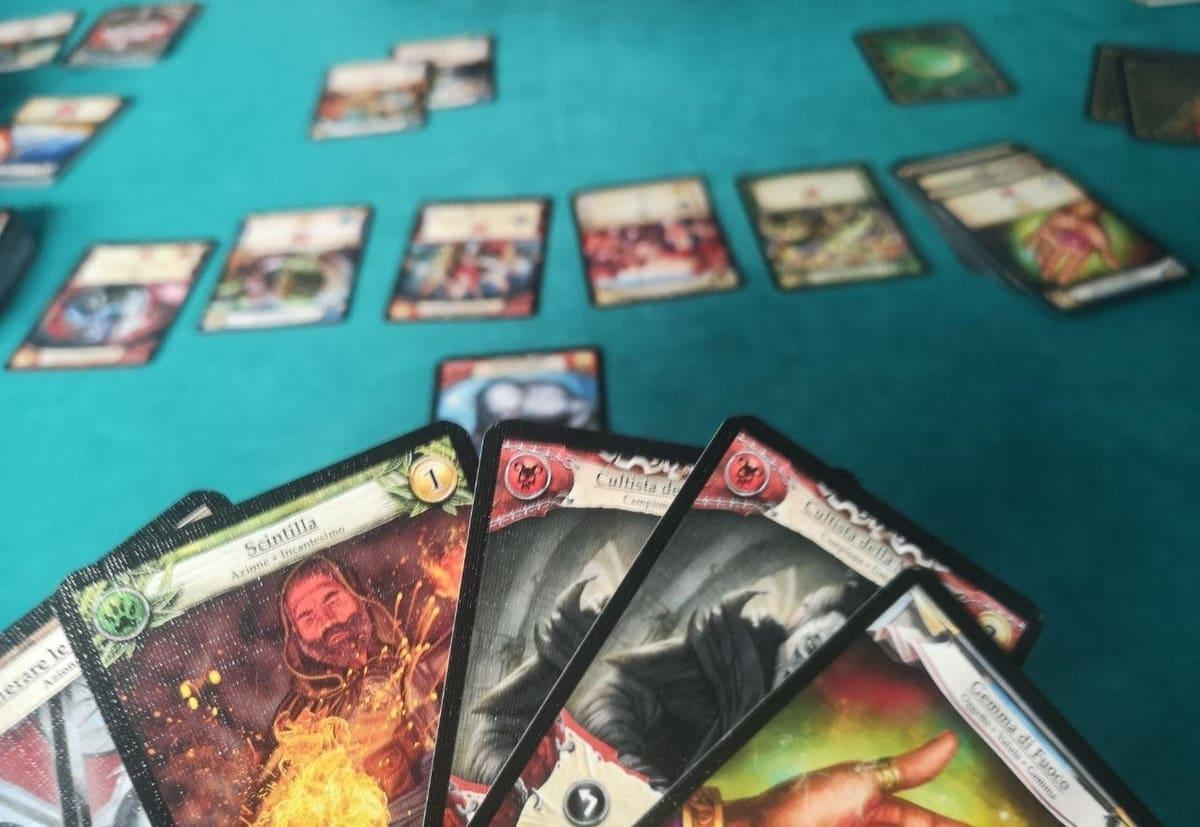 la mano di un giocatore di hero realms che osserva le scelte del prossimo turno
