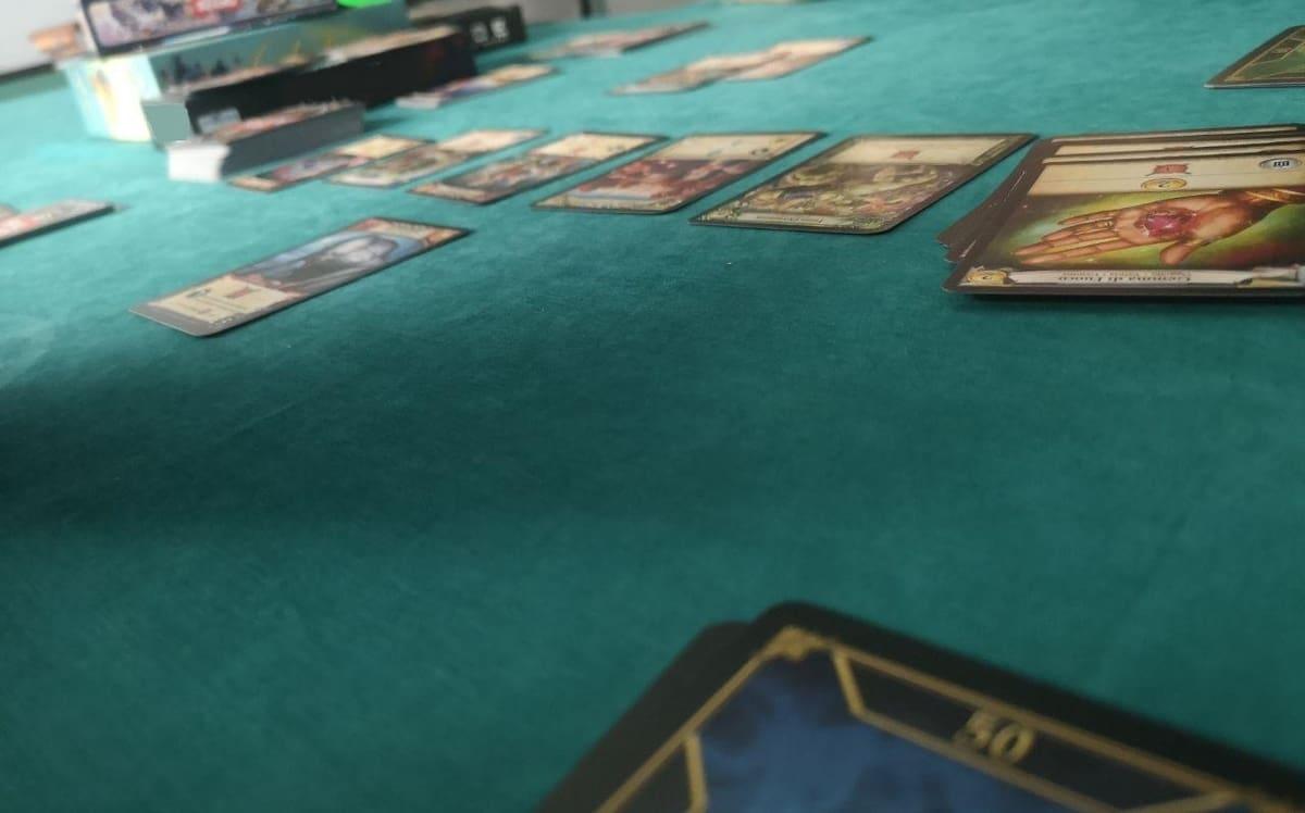 il tavolo con le carte a disposizione dei giocatori