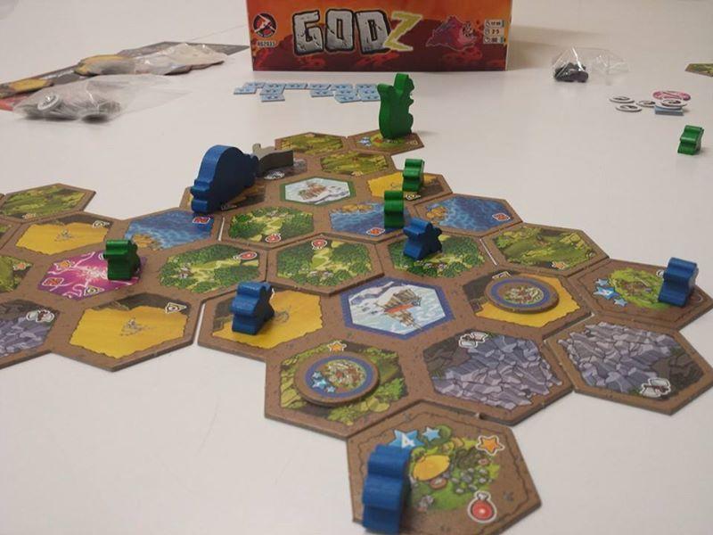 Godz, un altro gioco di Marco Valtriani con gli esagomi e pedine