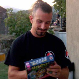 Marco Valtriani con una scatola di Vudù pubblicato da Red Glove