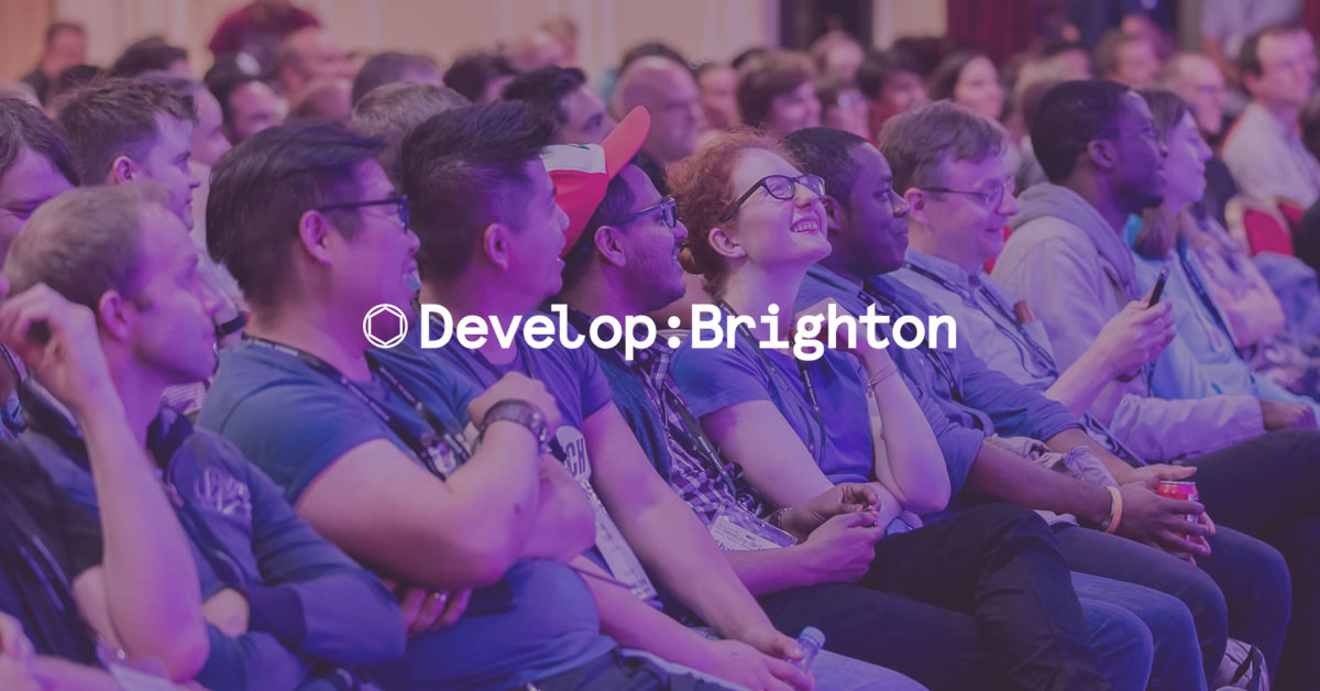 File di persone sorridenti alla Develop:Brighton conference