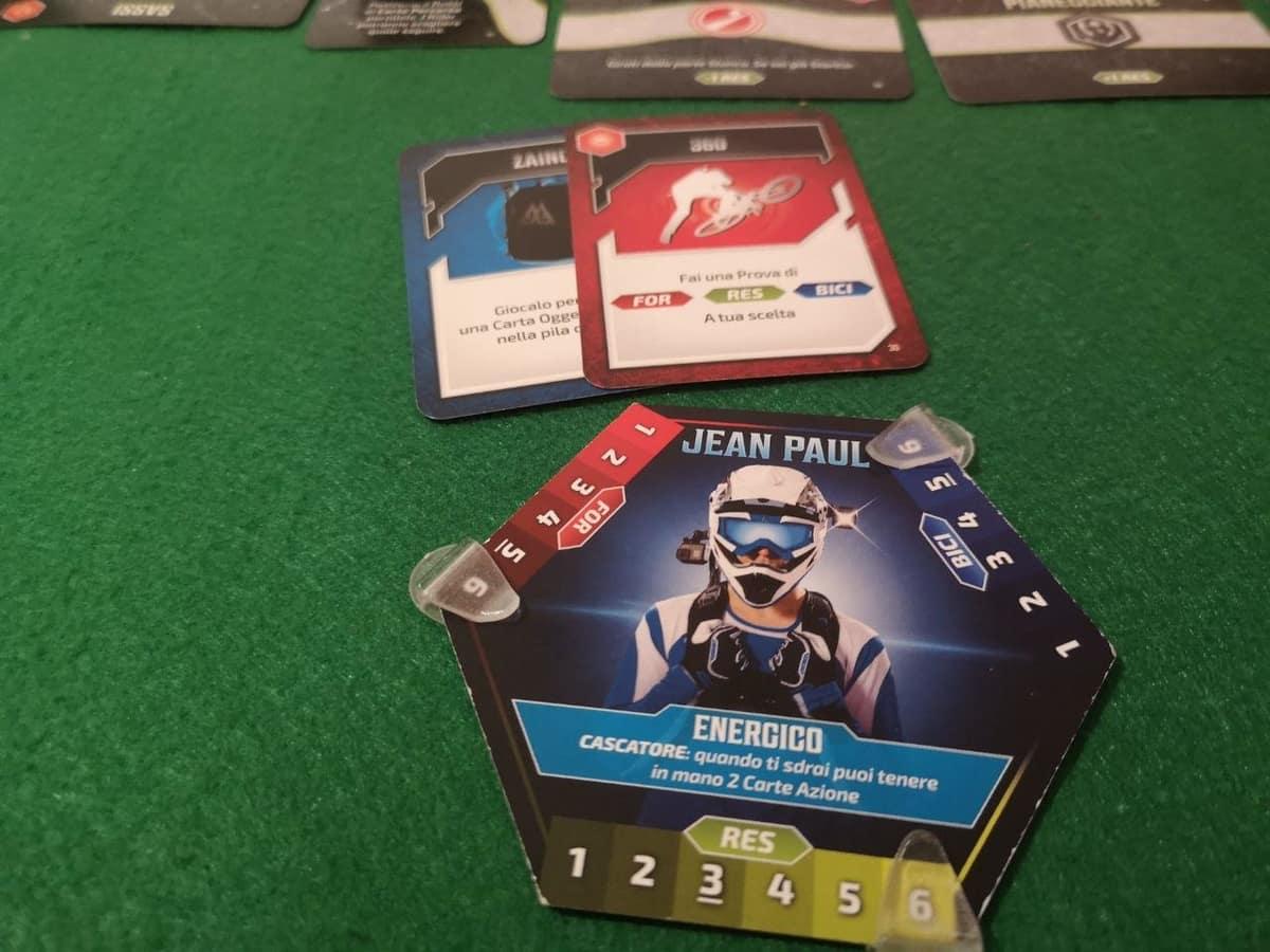 La scheda del giocatore e le carte azione e oggetto