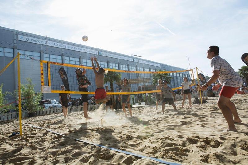 Alcuni ragazzi giocano a beach volley alla Gamescom
