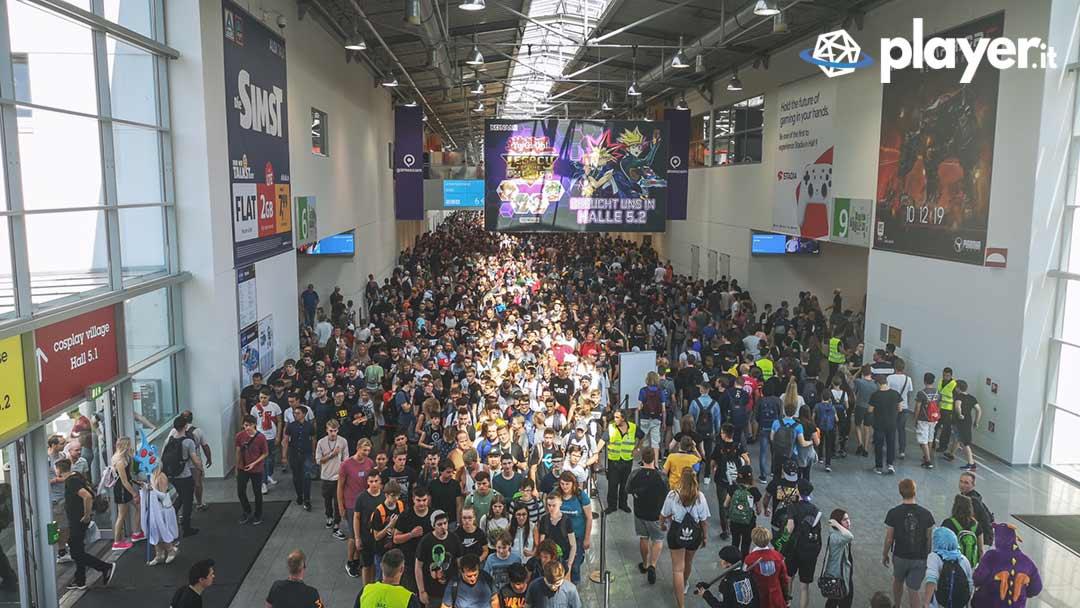 una vsuale dall'alto della folla durante la gamescom. migliaai di persone in un corridoio