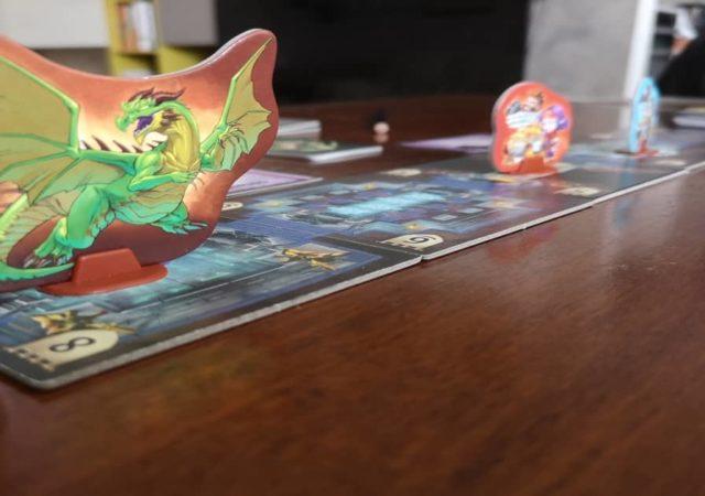 il drago domina il dungeon mentre gli avventurieri schivano le parole trappola