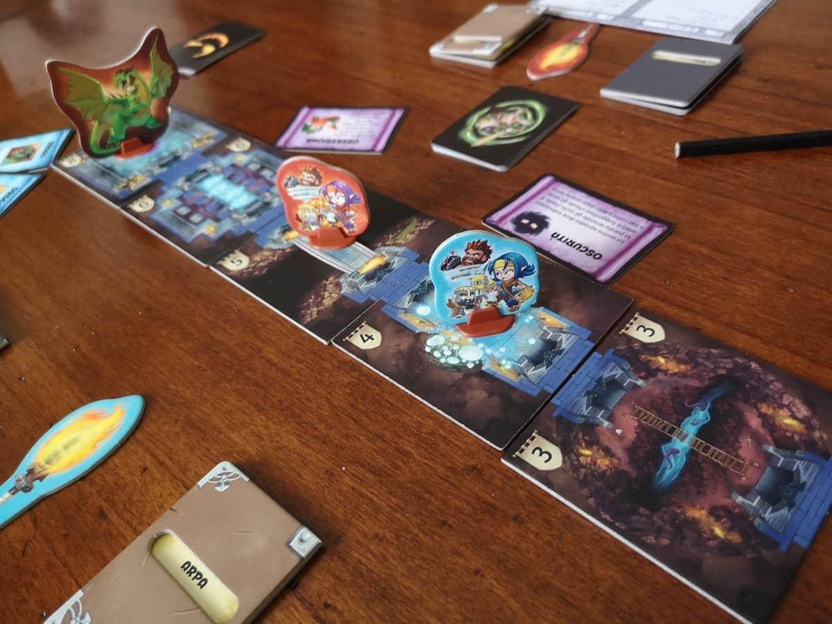 il dungeon di trapwords composto dalle tessere con illustazioni molto evocative e le squadre che si dirigono verso il drago