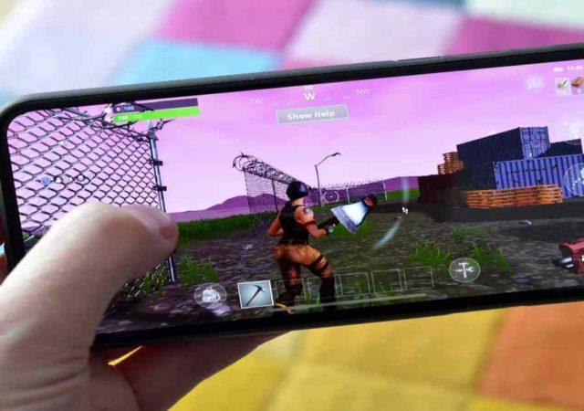 Fotografia di uno smartphone con Fortnite