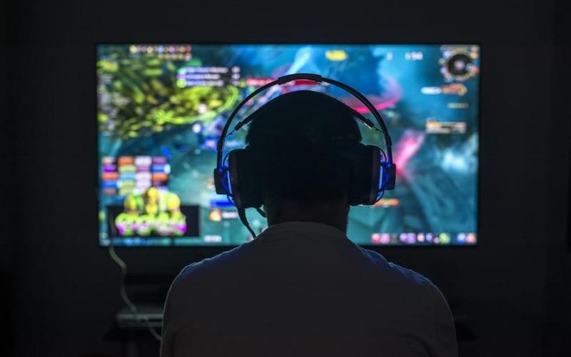 Un giocatore affronta una partita online.