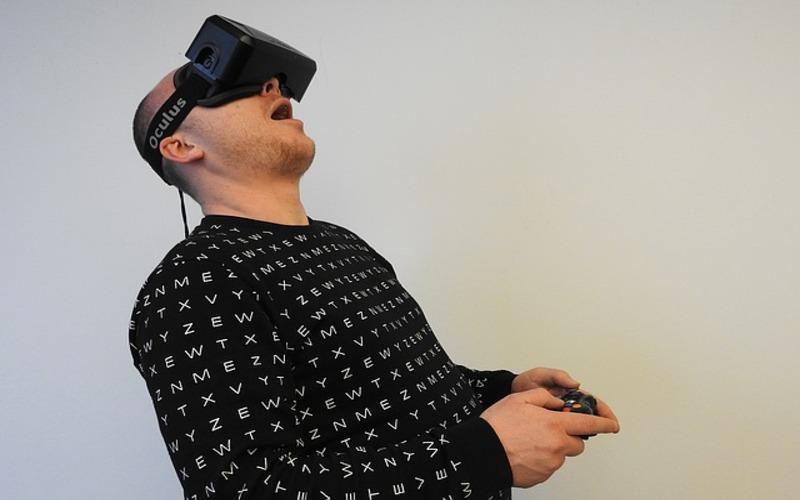 Uomo gioca con un visore per la realtà virtuale