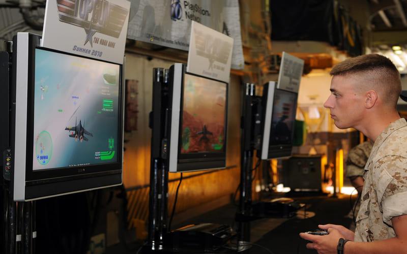 Un marine alle prese con un videogame