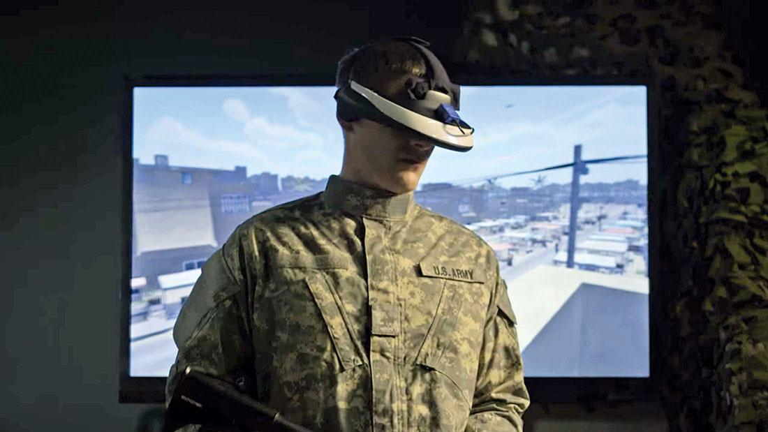 Un soldato prova un visore custom di VR