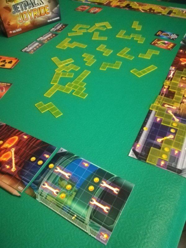 I laboratori e le tessere durante una partita di Jetpack Joyride