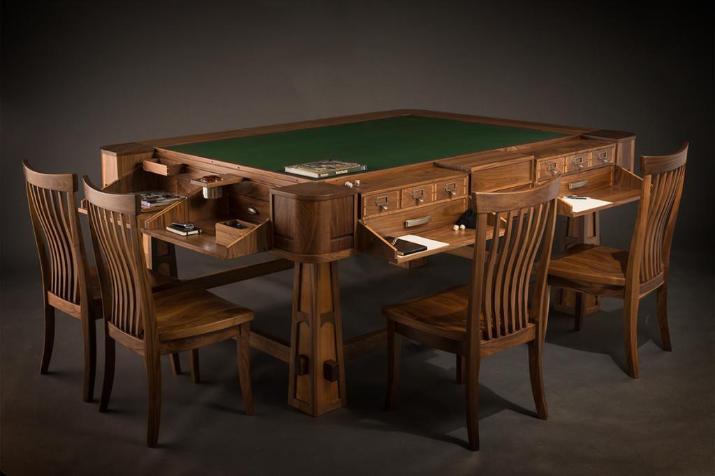 Un tavolo in legno da gioco di ruolo