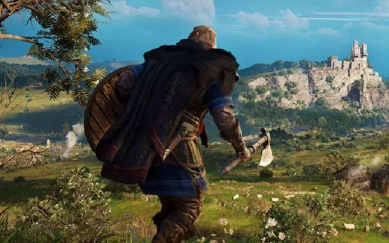 Eivor, protagonista di Assassin's Creed Valhalla, cammina solitario in collina