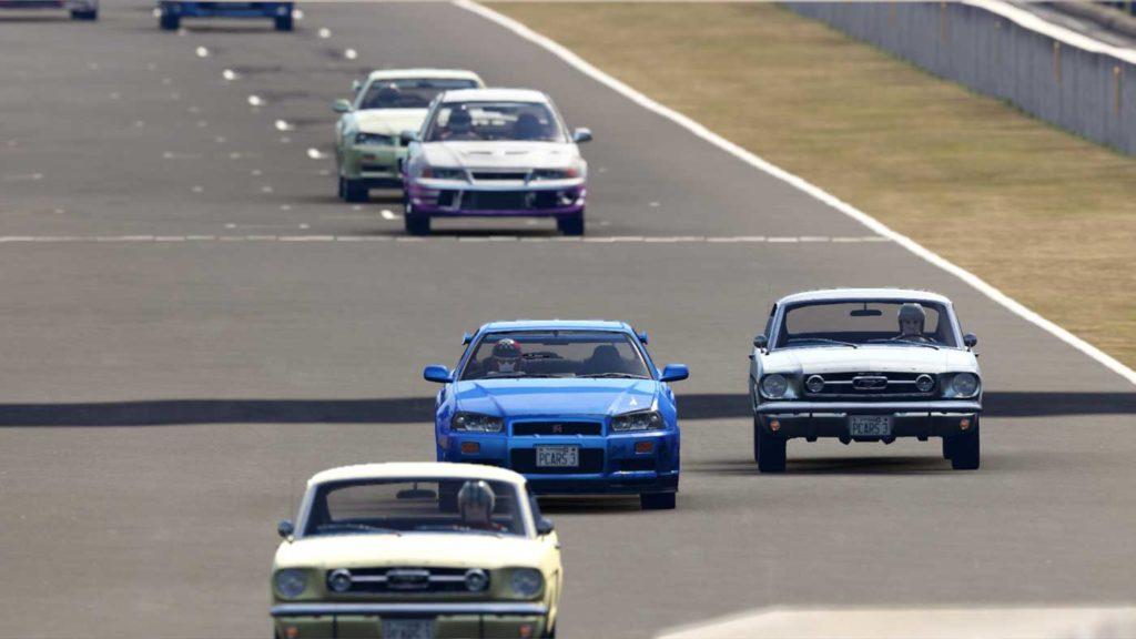 Foto cinematica di uno scorcio di gara. Una Honda Civic sorpassa una AMG, con altre macchine sullo sfondo
