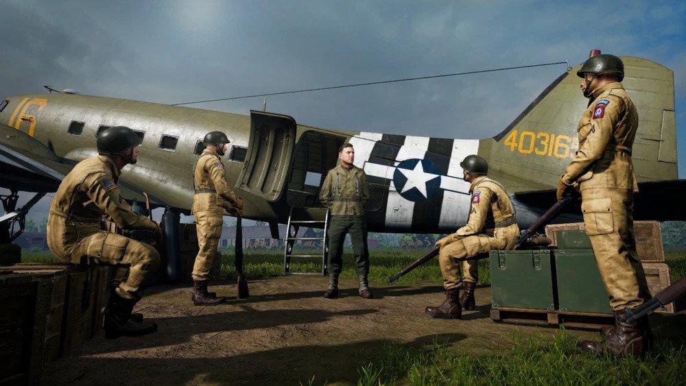 I paracadutisti vengono istruiti prima del lancio