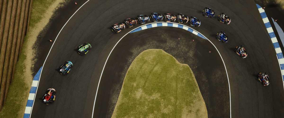 Foto dall'alto di una curva, con tutti go kart in linea