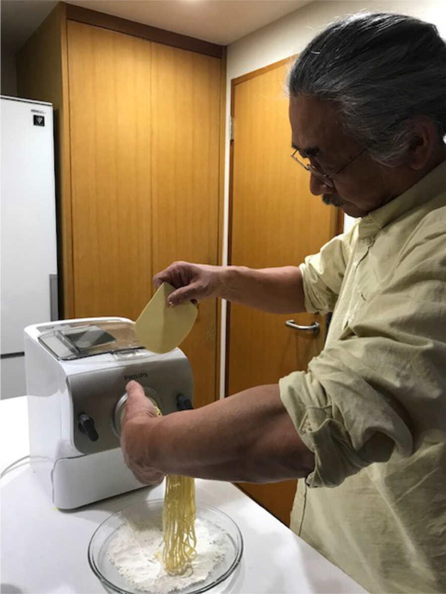 Nobuo Uematsu che fa la pasta fatta in casa